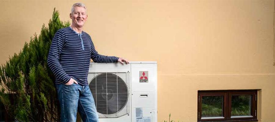 Knud Esbensen med sin Ecodan varmepumpe